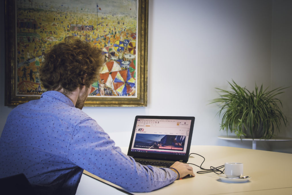 personne en train de travailler sur un ordinateur