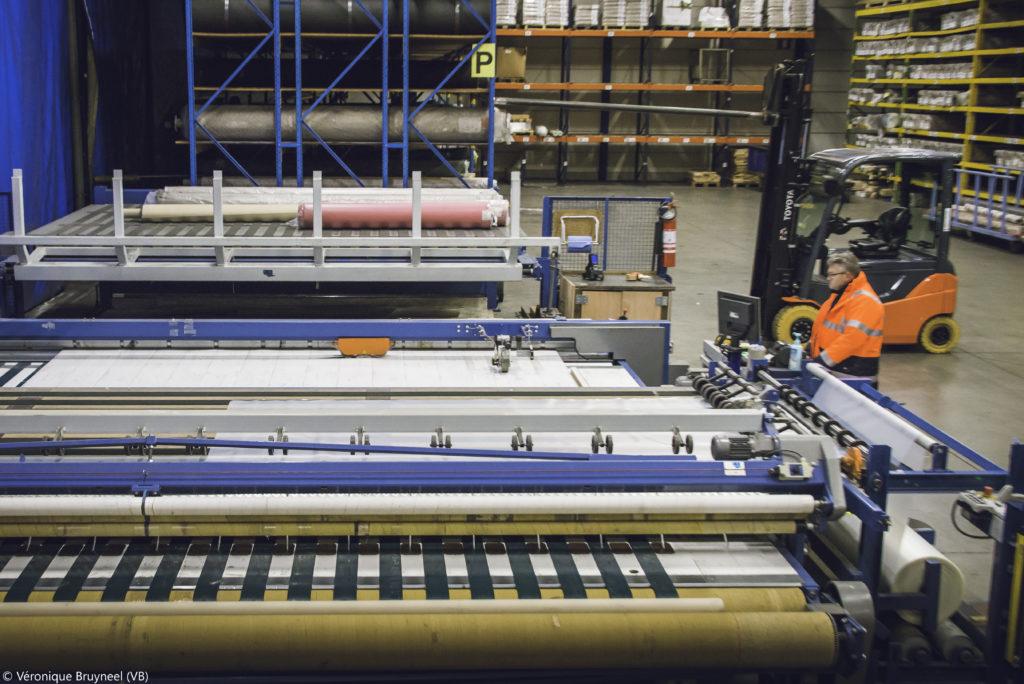 machine de découpe pour le revêtement de sol dans un entrepôt logistique