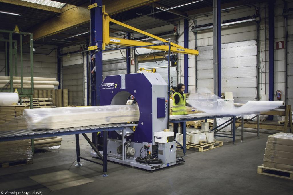 machine d'emballage en train d'emballer du bois en format linéaire